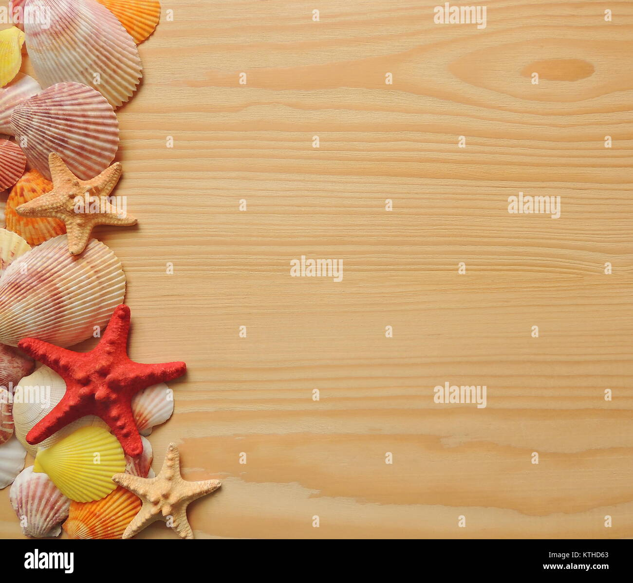 Stella Di Mare E Conchiglie Su Sfondo Di Legno Con Copia Spazio Per