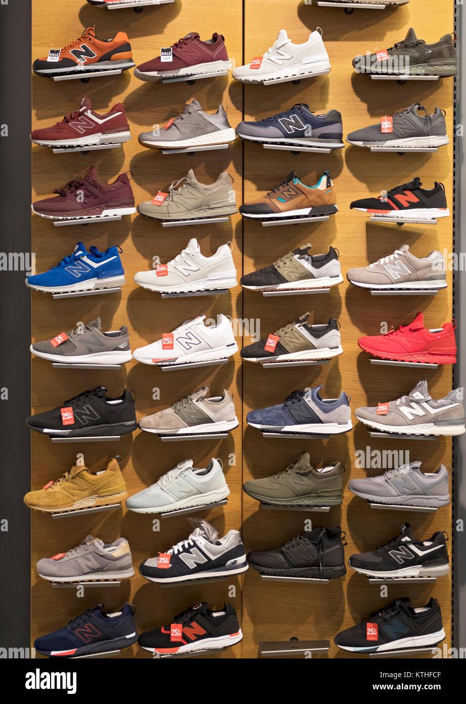 New Balance athletic display cassoncino di pulizia presso il negozio  Footaction nel Queens Center shopping mall c8511956c77