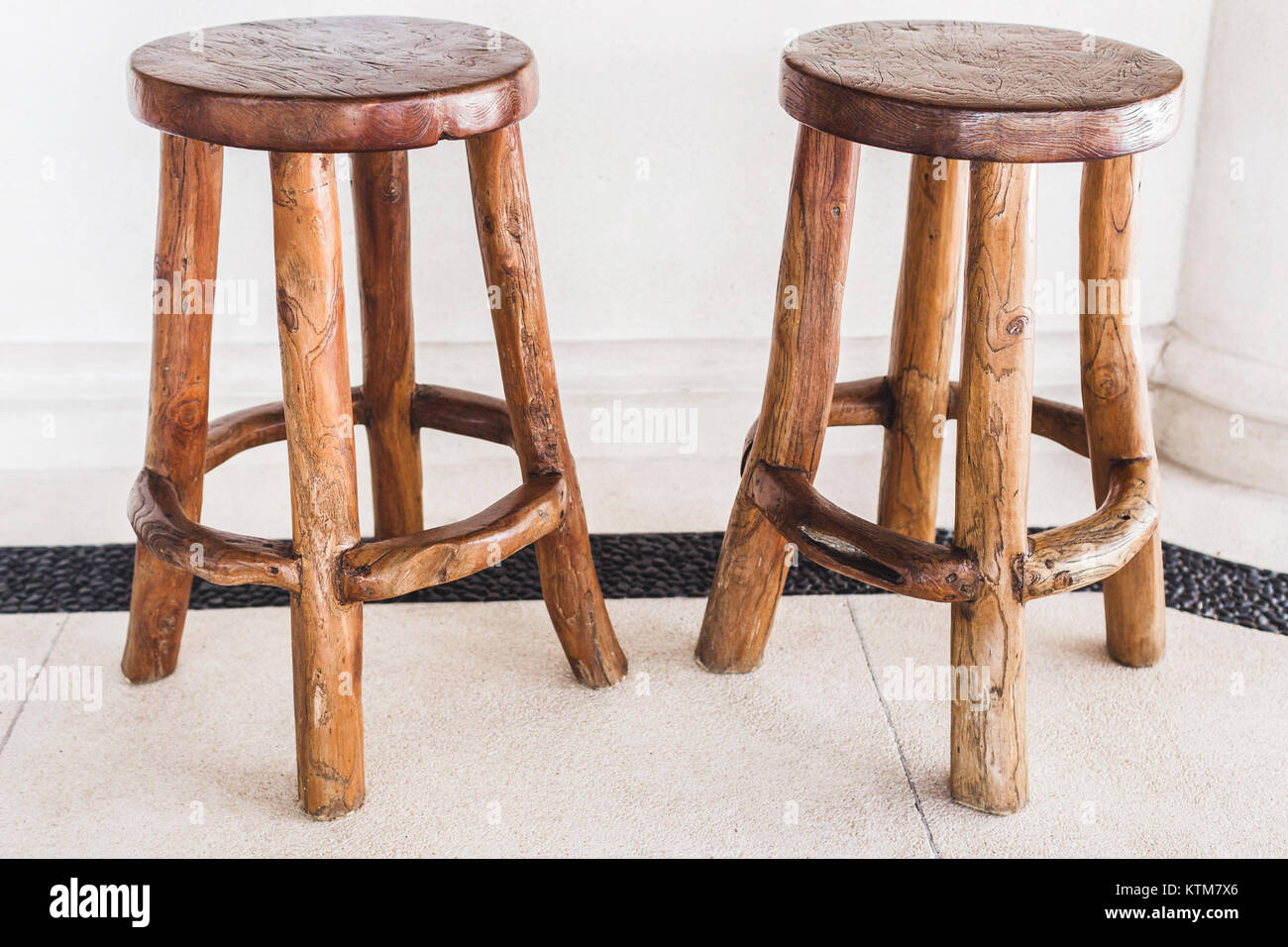 Vintage in legno fatti a mano gli sgabelli da bar sono allineati