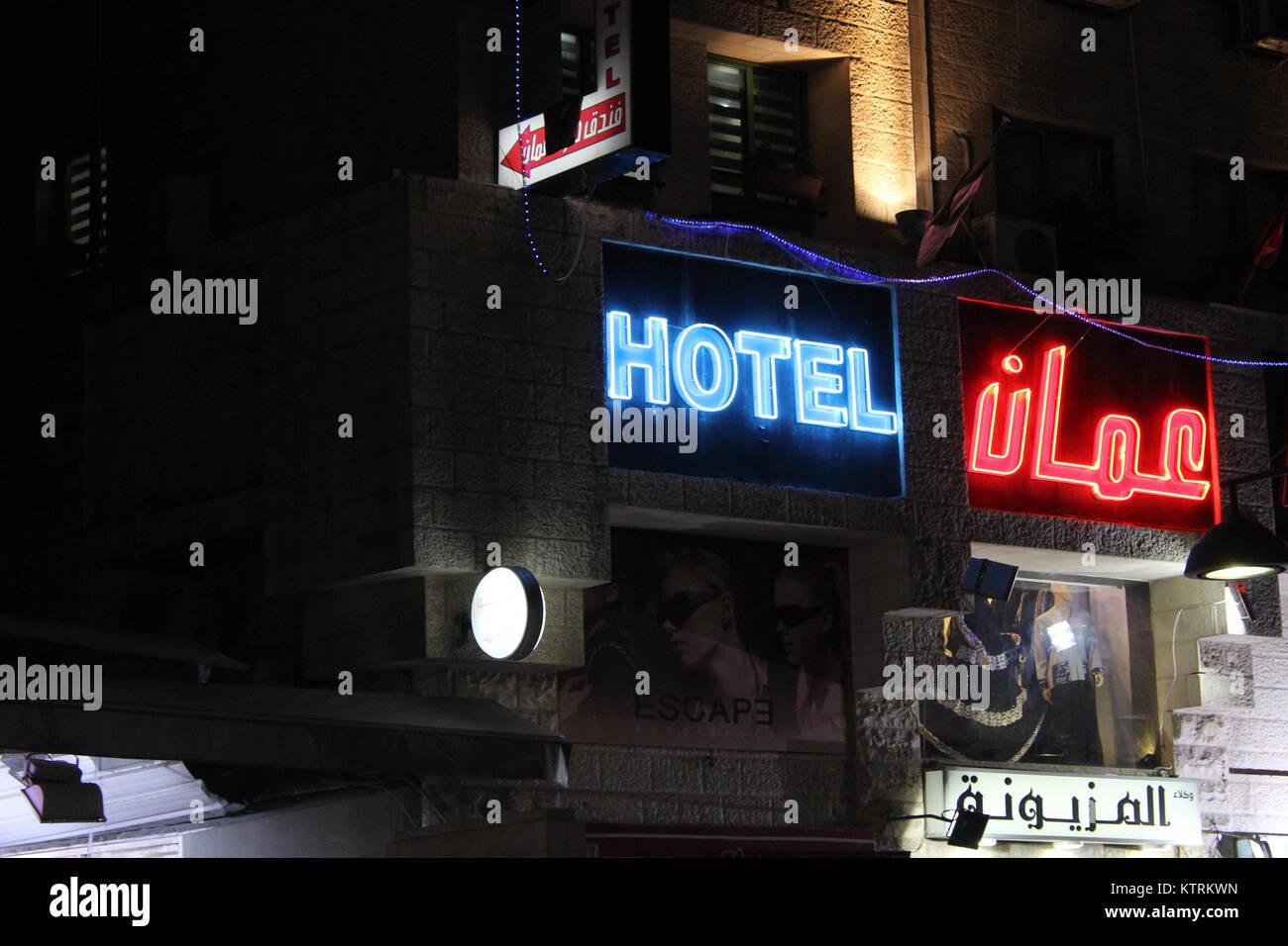 Hotel Amman sign in Downtown - 29/04/2017 - Giordania / Amman da Ali Raffaele Mataró shot in aprile 2017 -arabo Immagini Stock