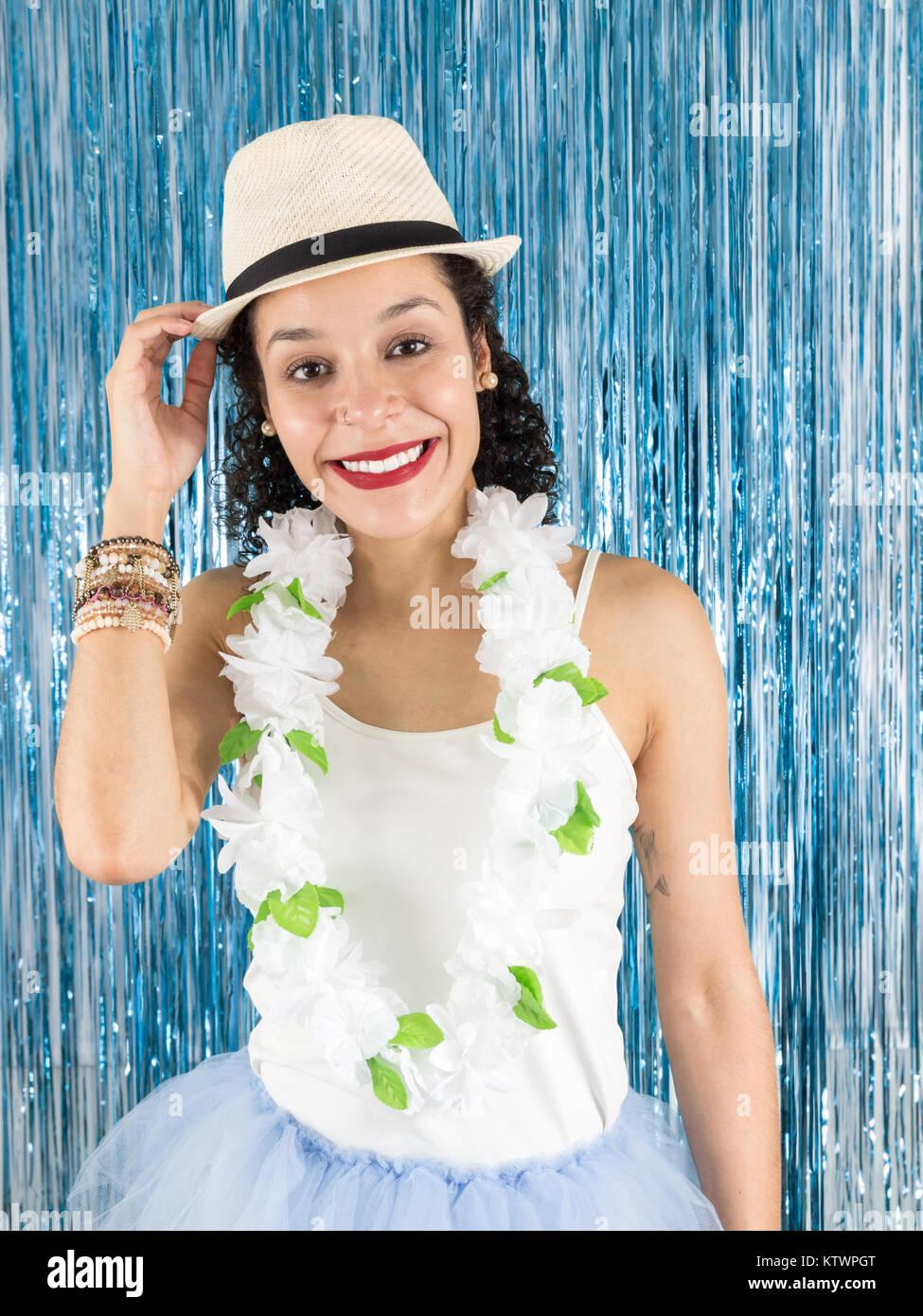 965923ccb4 Adolescente brasiliana è sempre sorridente e tenendo premuto il suo  cappello. Bella donna è in