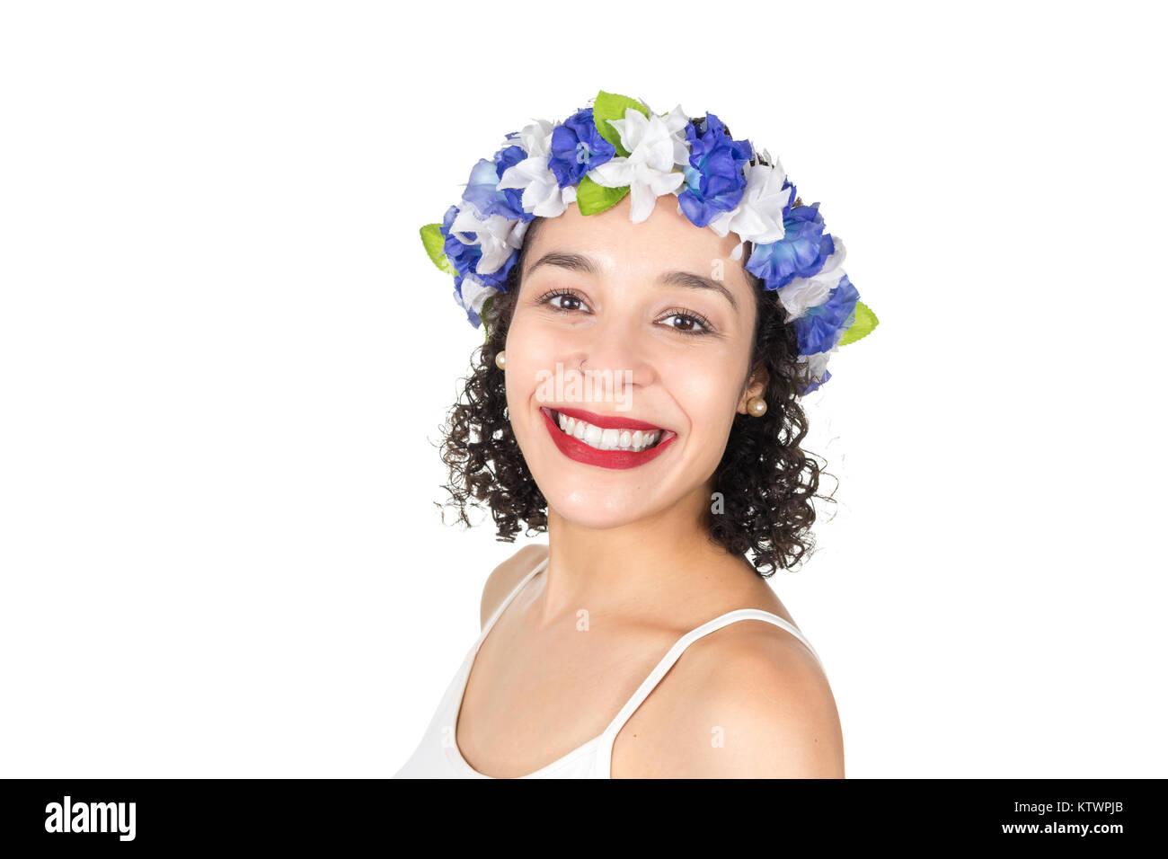 4d2c40b185 Il brasiliano è sempre sorridente e felice. Nero donna indossa una corona  di fiori nei