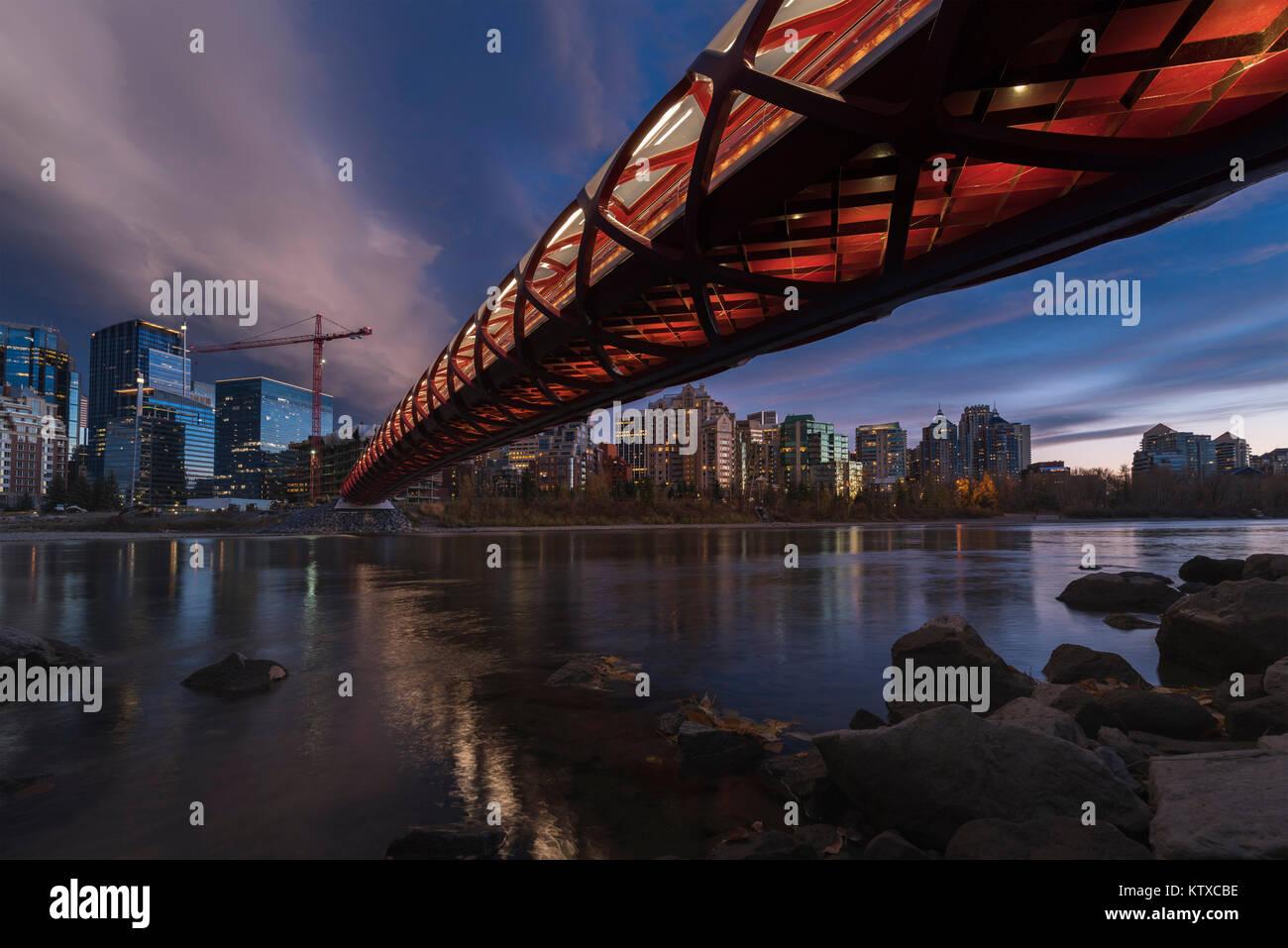 Calgary cityscape con ponte di pace, Calgary, Alberta, Canada, America del Nord Immagini Stock