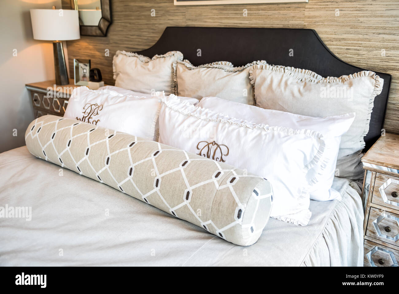 Vista dettagliata del nuovo letto piumino con cuscini ...
