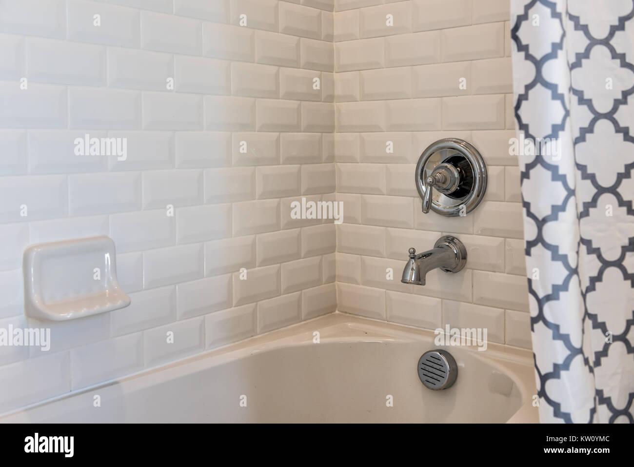 Tende Doccia Per Vasca Da Bagno : Primo piano della bianca e moderna doccia vasca da bagno con tende