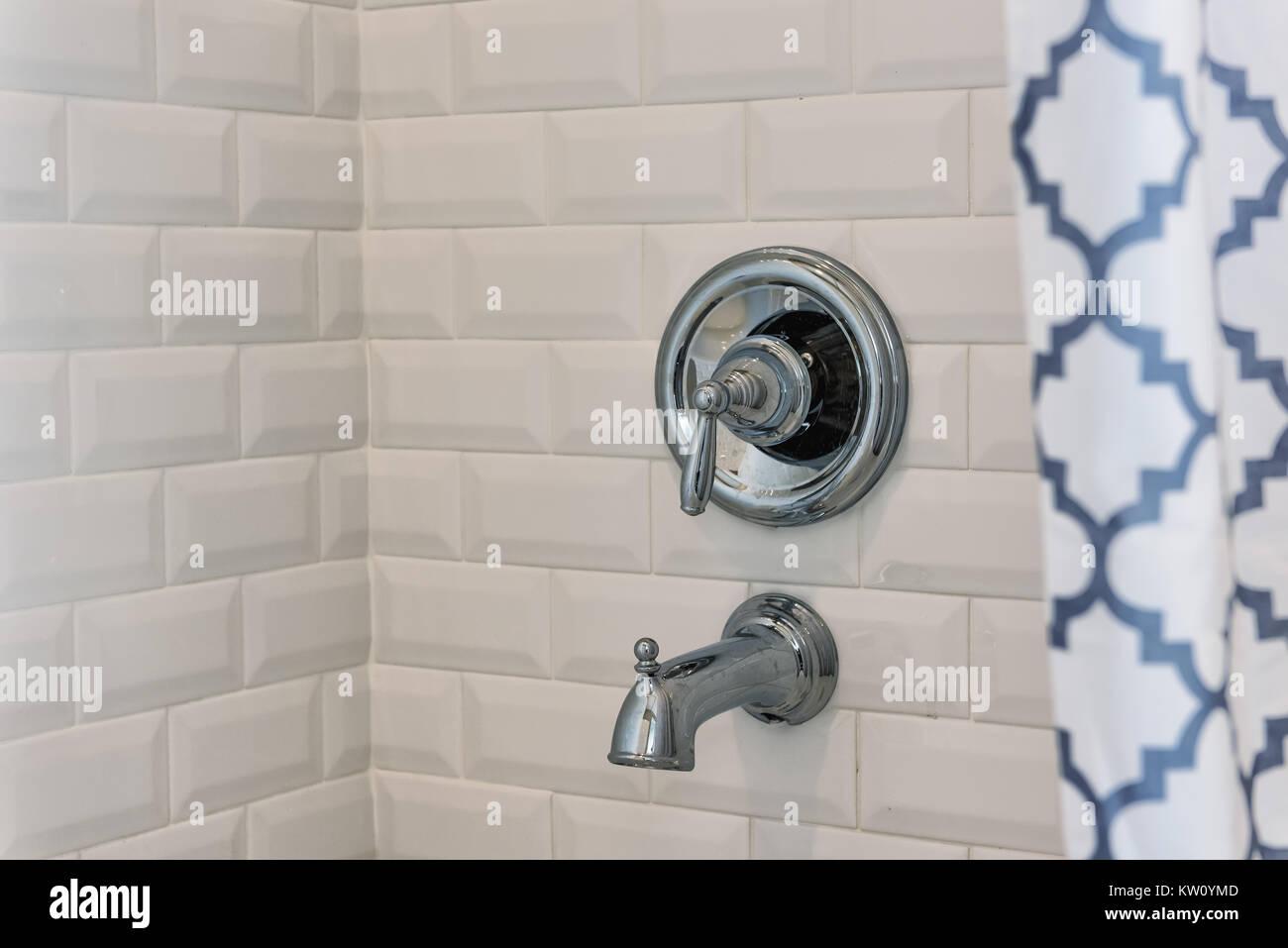 Vasca Da Bagno Con Tenda : Primo piano della bianca e moderna doccia vasca da bagno con tende
