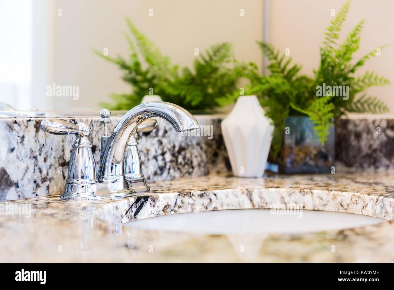 Primo piano di una moderna stanza da bagno con lavandino in granito