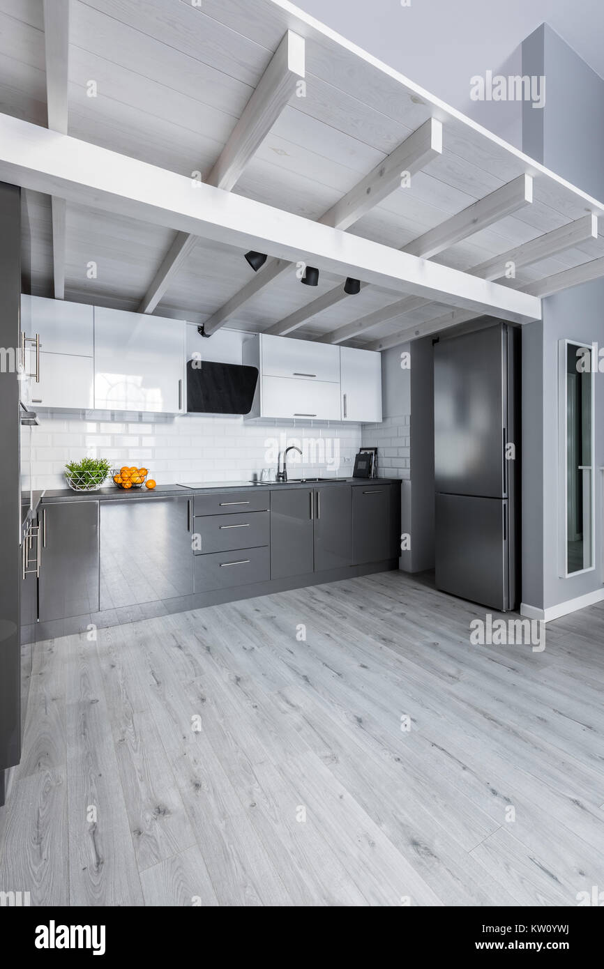 Soppalco in legno su cucina moderna con un luminoso ...
