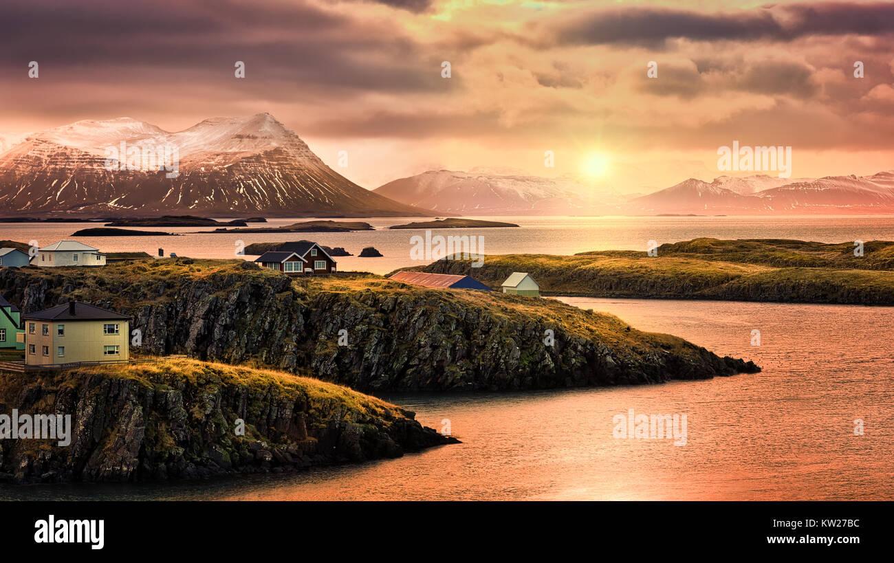 Stykkisholmur fiordi rocciosi al tramonto. Stykkisholmur è una città situata nella parte occidentale dell'Islanda. Immagini Stock