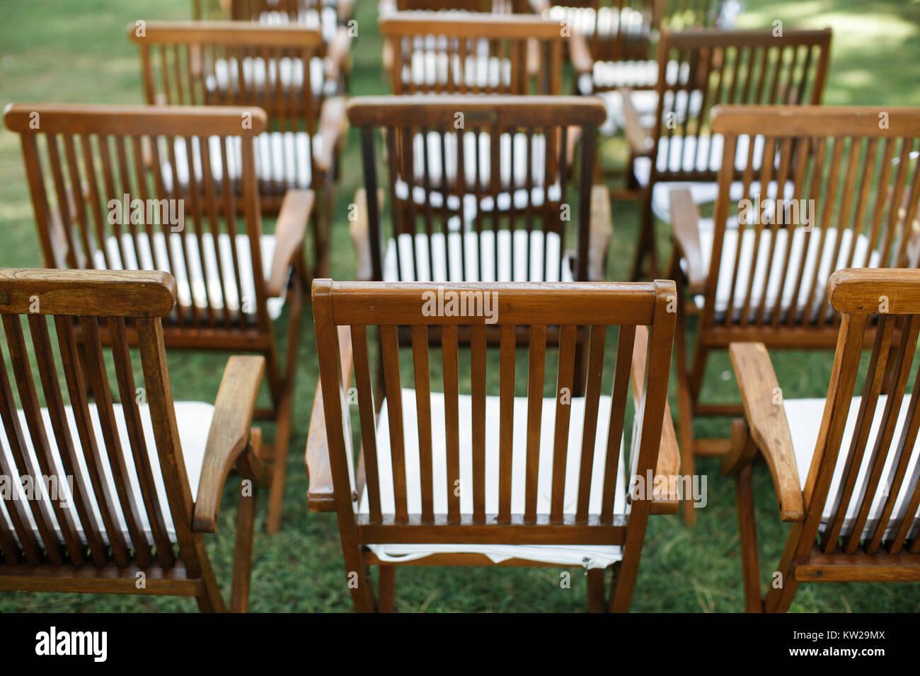 Stock Sedie Di Legno.Sedie Di Legno Sull Erba La Cerimonia Nuziale Foto Immagine Stock