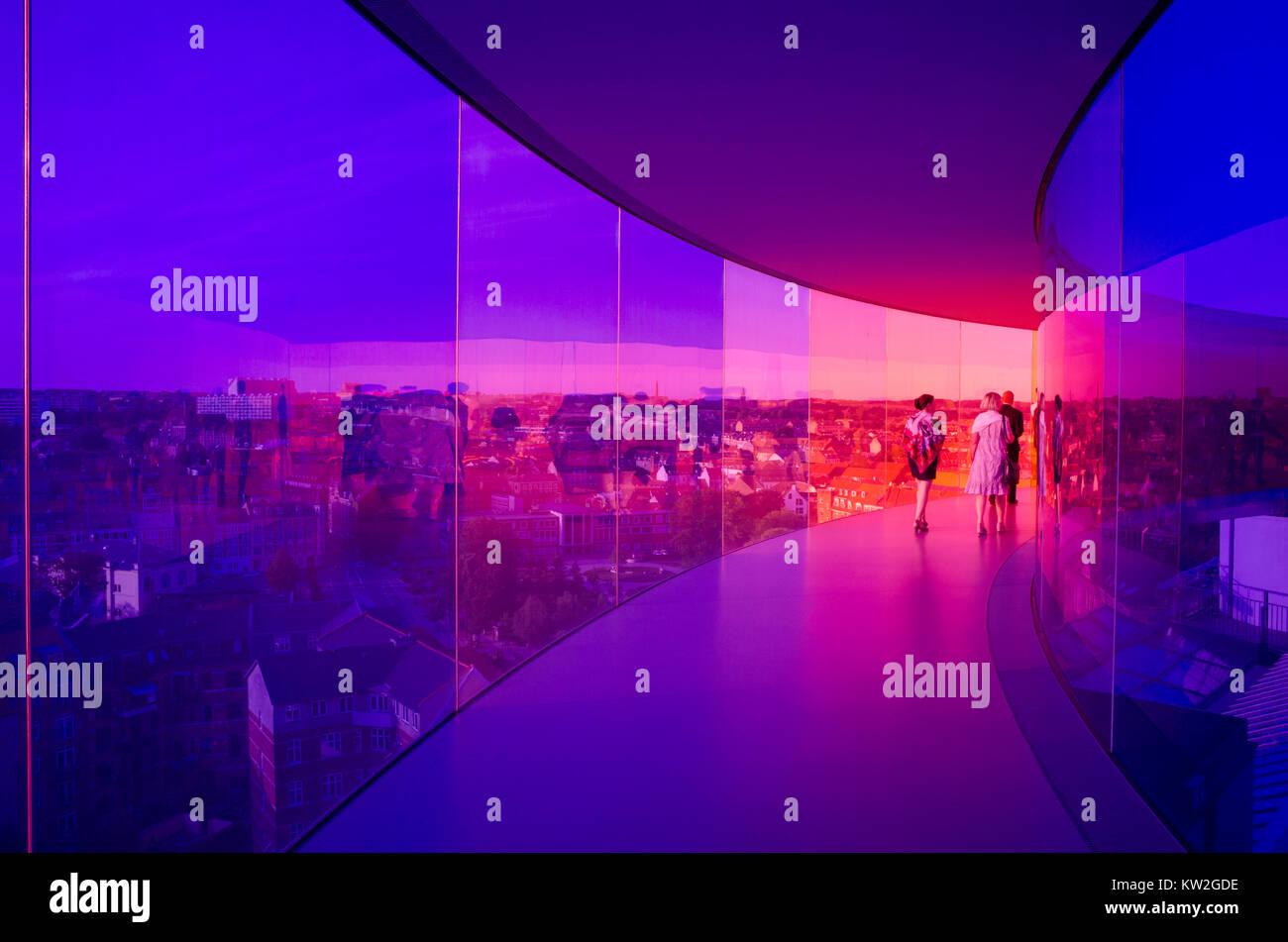 I visitatori godere il panorama arcobaleno di Aarhus a Aros Art Museum. Il museo è il secondo più visitato Immagini Stock