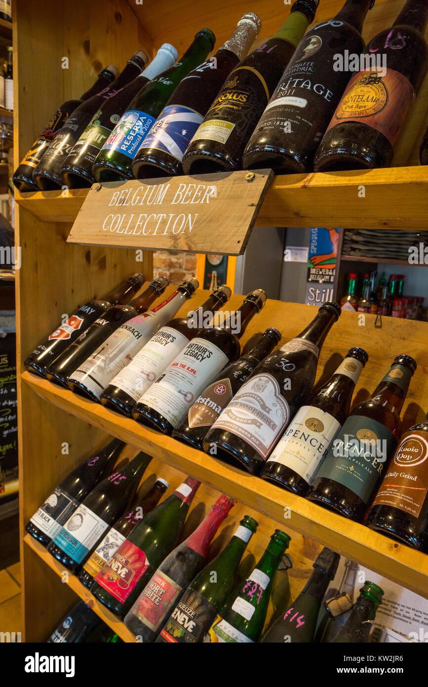 Un assortimento di bottiglie di birra belga di e birre internazionali sul display in pub nelle Fiandre, in Belgio Immagini Stock