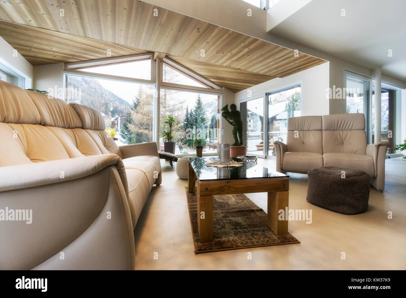 Soggiorno di casa di lusso con vista sulle montagne in design ...