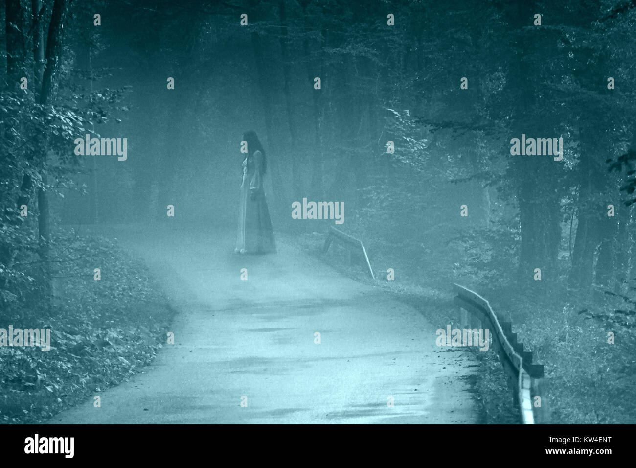 Donna misteriosa Ghost in abito bianco nel nebbioso strada forestale, vintage filtro di rumore Immagini Stock