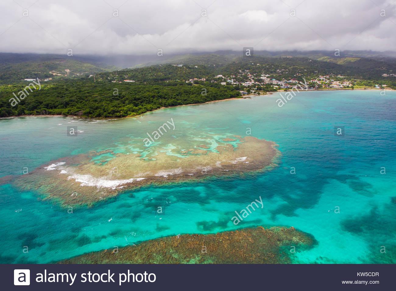 Una veduta aerea di barriere coralline e sabbia appartamenti della costa nord della Giamaica. Immagini Stock
