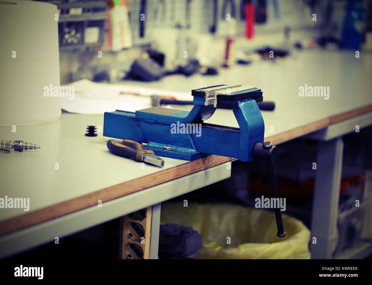Banco Di Lavoro Meccanico : Blue morsa sul banco di lavoro dell officina meccanica con effetto
