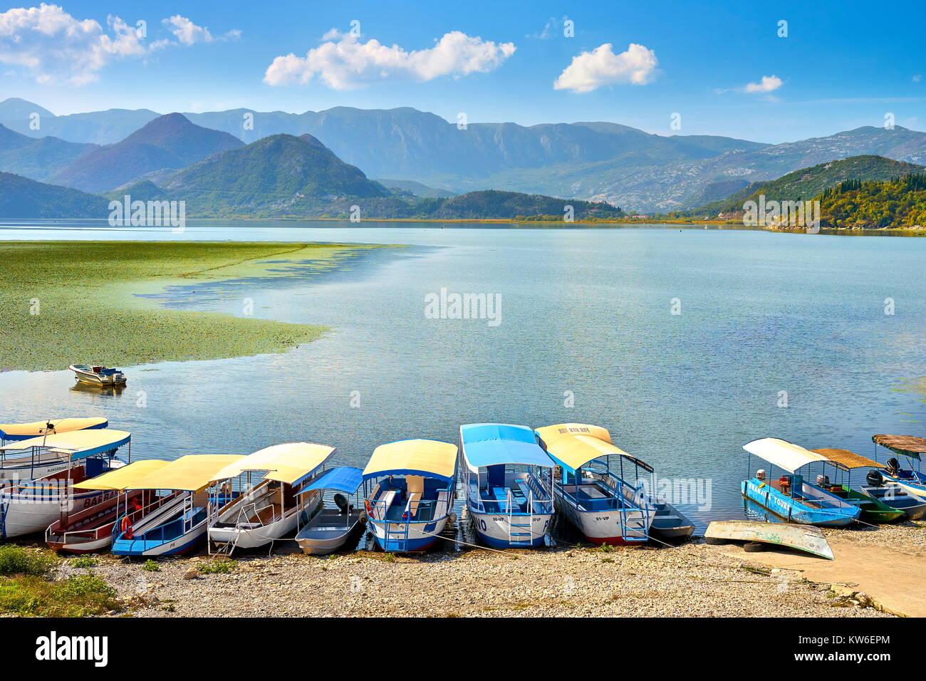 Barca per gite in attesa per i turisti, Lago di Skadar, Montenegro Immagini Stock