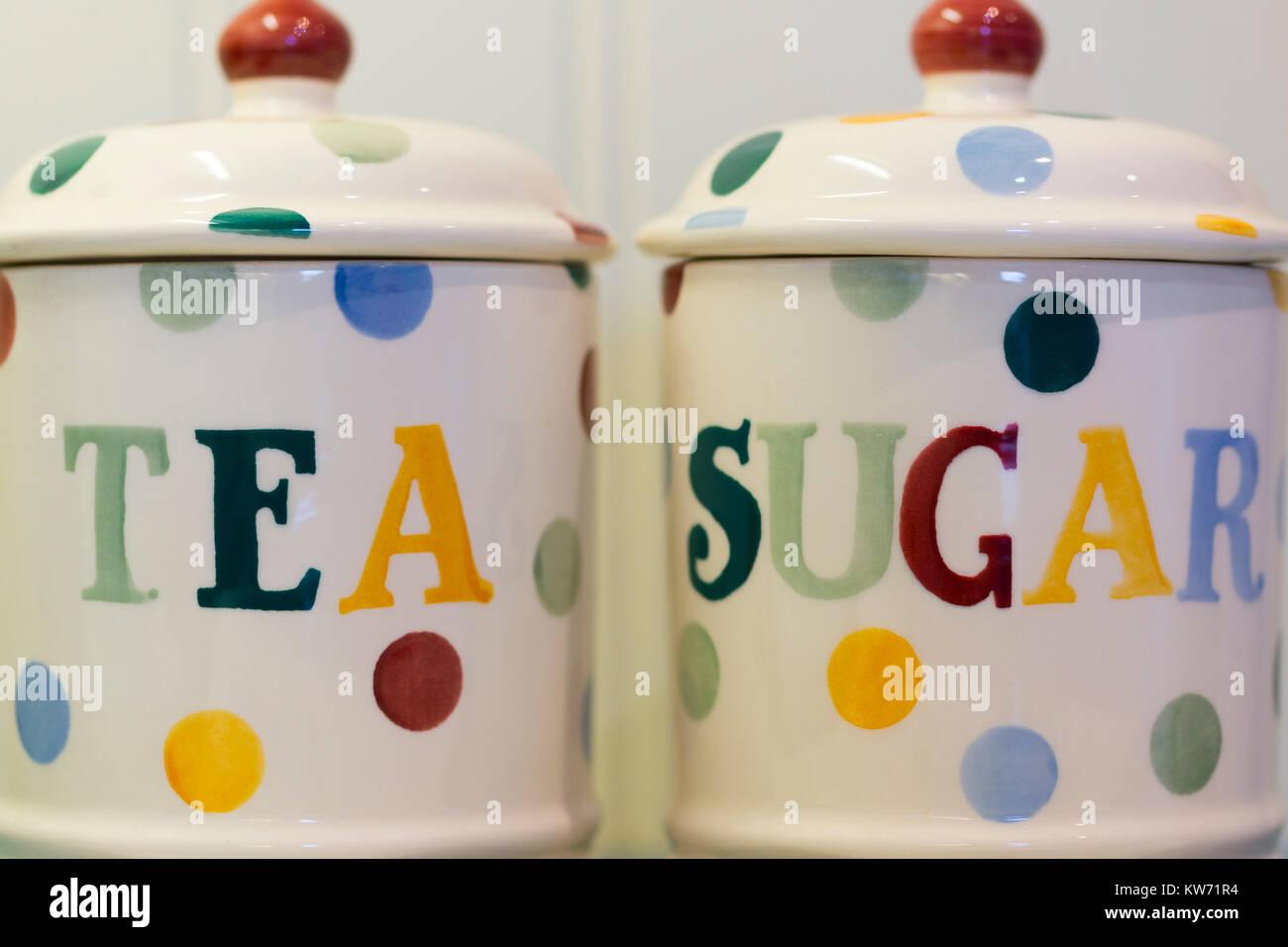 Tè e zucchero di barattoli in una cucina Foto & Immagine Stock ...