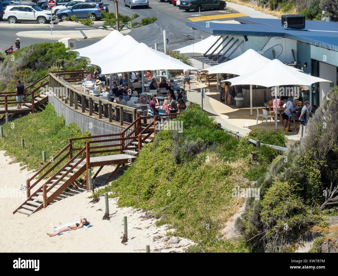 Cenare al fresco presso un ristorante popolare a persone a Gnarabup Beach, Margaret River, Western Australia. Foto Stock