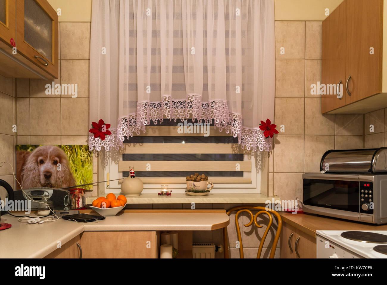 Cucina con tende bianche Foto & Immagine Stock: 170423210 - Alamy