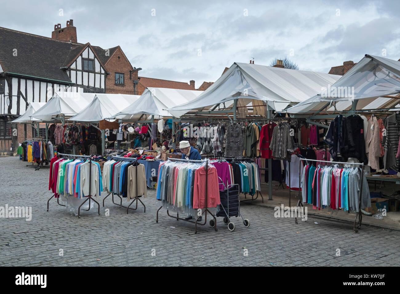 Vecchia Signora nella storica piazza del mercato fd6ad03f9b5