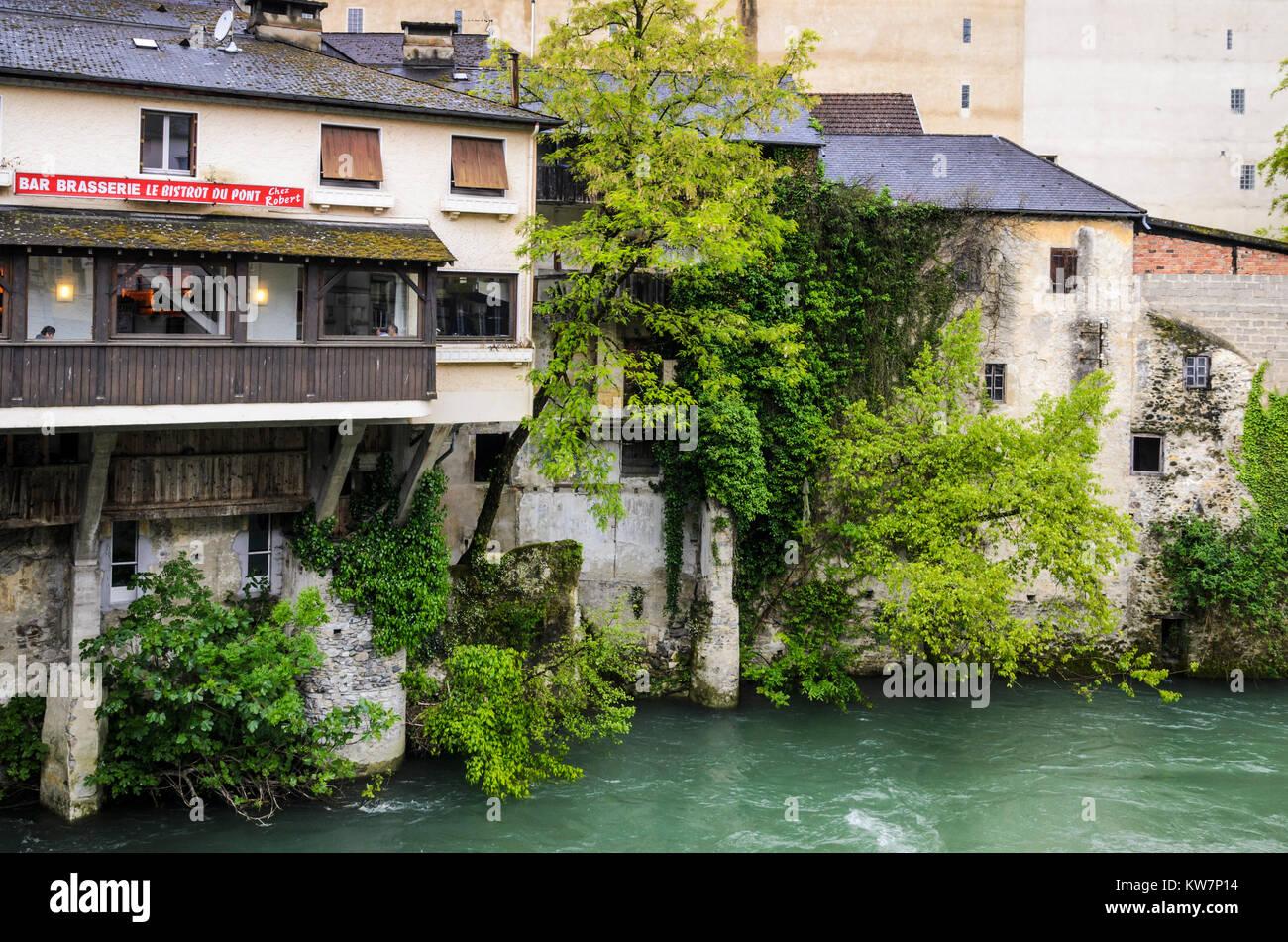 Riverside Brasserie e di case lungo il fiume Gave d' Aspe, Oloron-Sainte-Marie, Pyrenees-Atlantiques, Nouvelle Immagini Stock