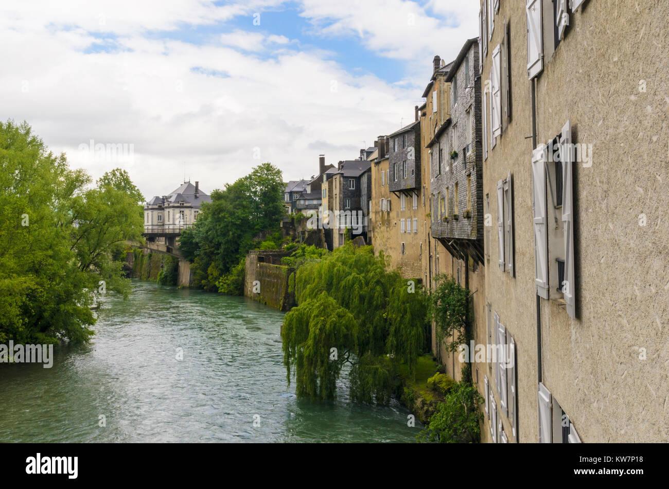 Case Sospese lungo il fiume Gave d' Aspe, Oloron-Sainte-Marie, Pyrenees-Atlantiques, Nouvelle-Aquitaine, Francia Immagini Stock