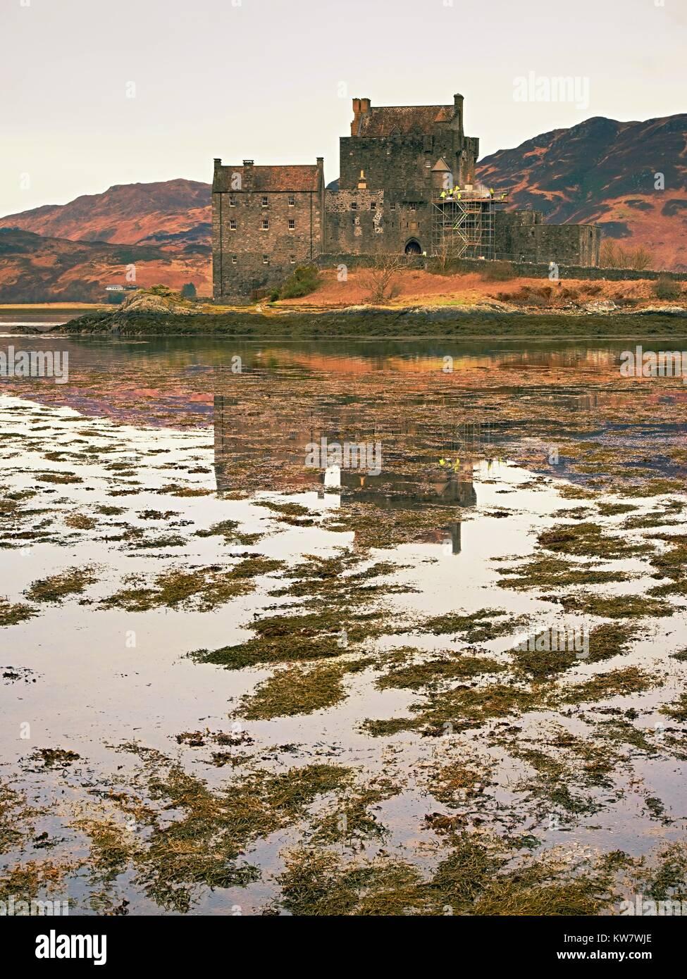 Maree nel lago al Castello Eilean Donan, Scozia. Il famoso ponte lapideo oltre i resti di acqua con una massiccia Immagini Stock