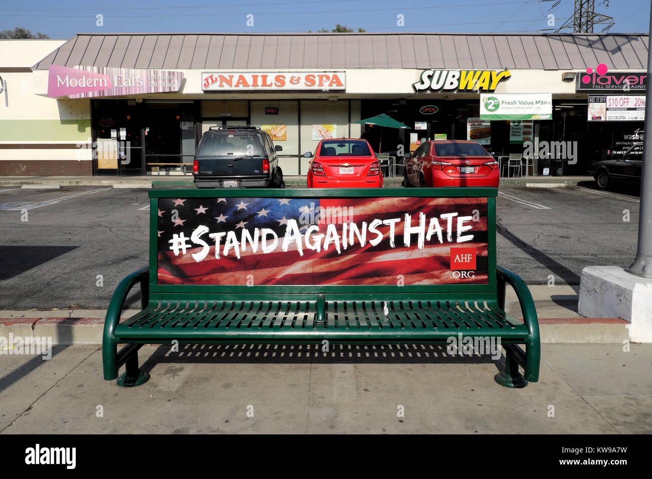 AIDS Healthcare Foundation #STAND contro la campagna di odio annuncio con la bandiera americana su una panchina Immagini Stock