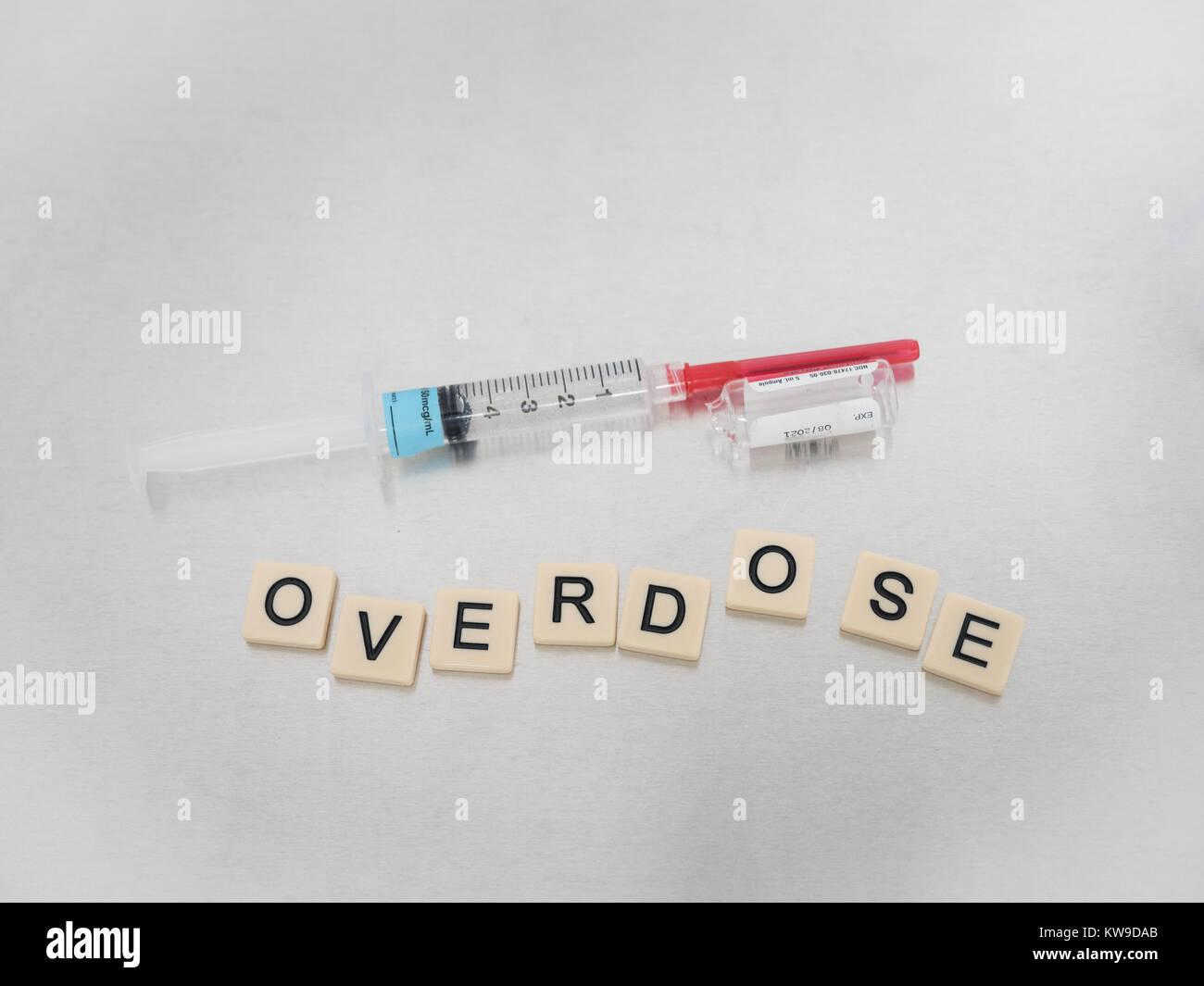 Overdose scritto con lettere di piastrelle collocato in modo