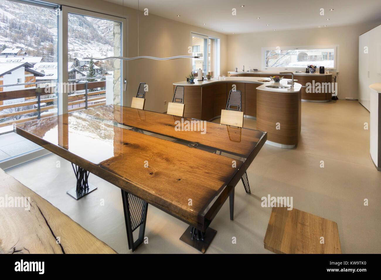 Cucina grande e antico tavolo in legno in stile moderno Foto ...