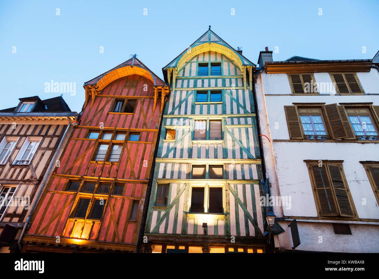 Architettura antica di Troyes di notte. Troyes, Grand Est, Francia. Immagini Stock