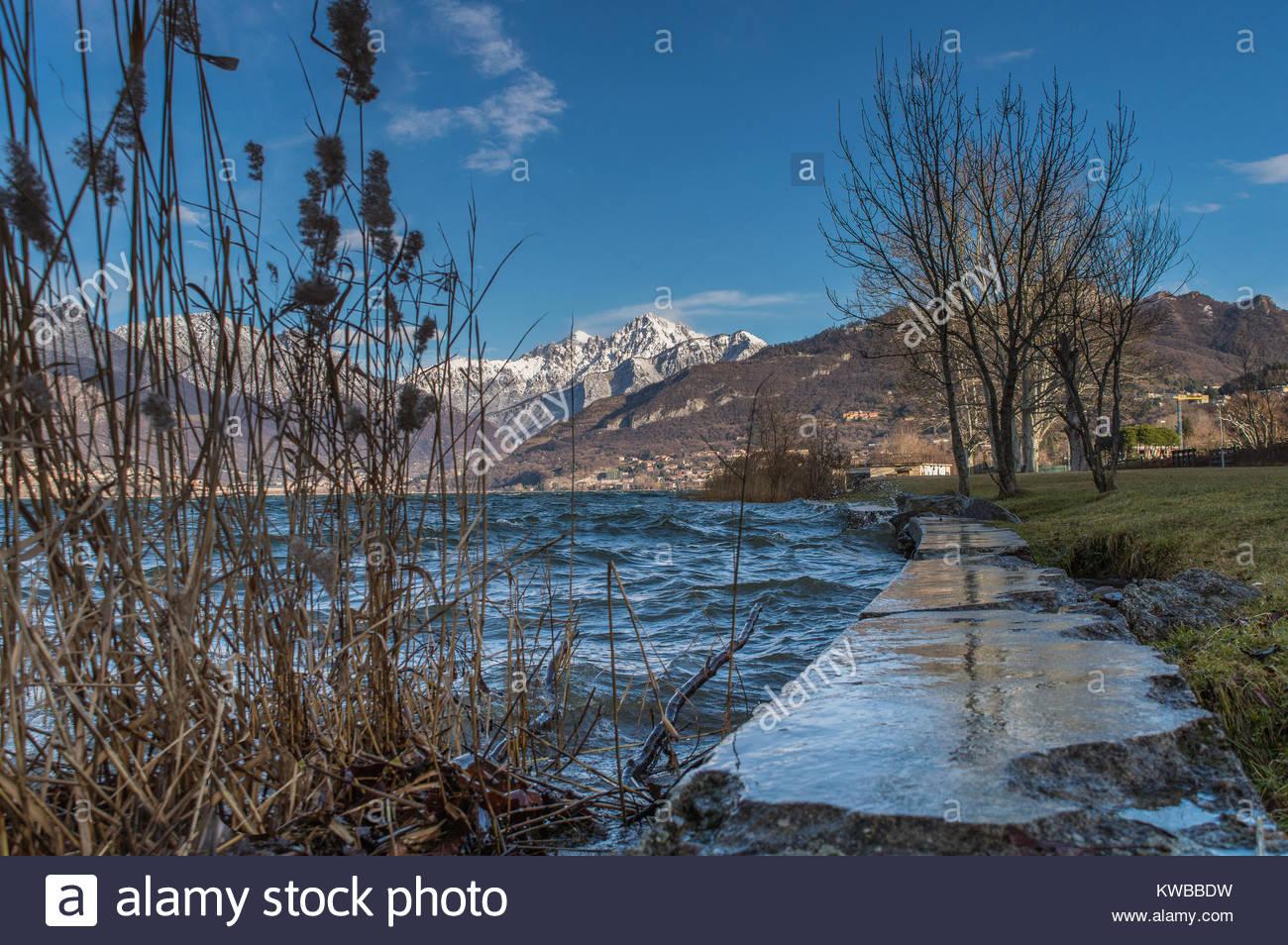 Vista sulla montagna dal lago di Annone   lecco - Lombardia   Italia Immagini Stock