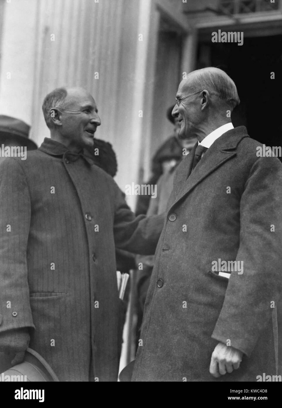 Eugene Debs (destra) rivolta verso suo fratello Theodore dopo il suo rilascio da Atlanta penitenziario federale. Immagini Stock