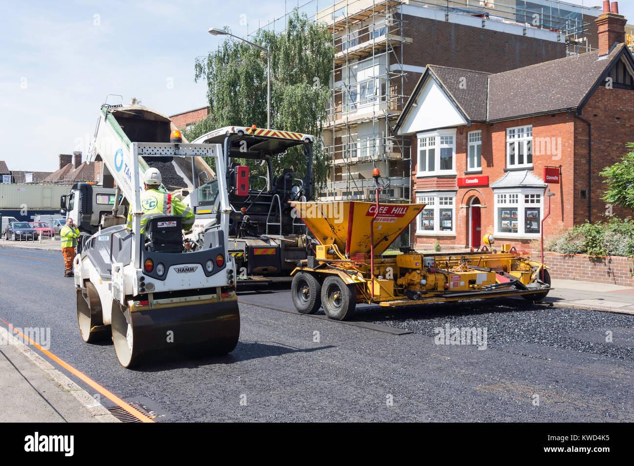 Rifacimento della pavimentazione stradale macchinari al lavoro, Queensway, Bletchley, Milton Keynes, Buckinghamshire, Immagini Stock
