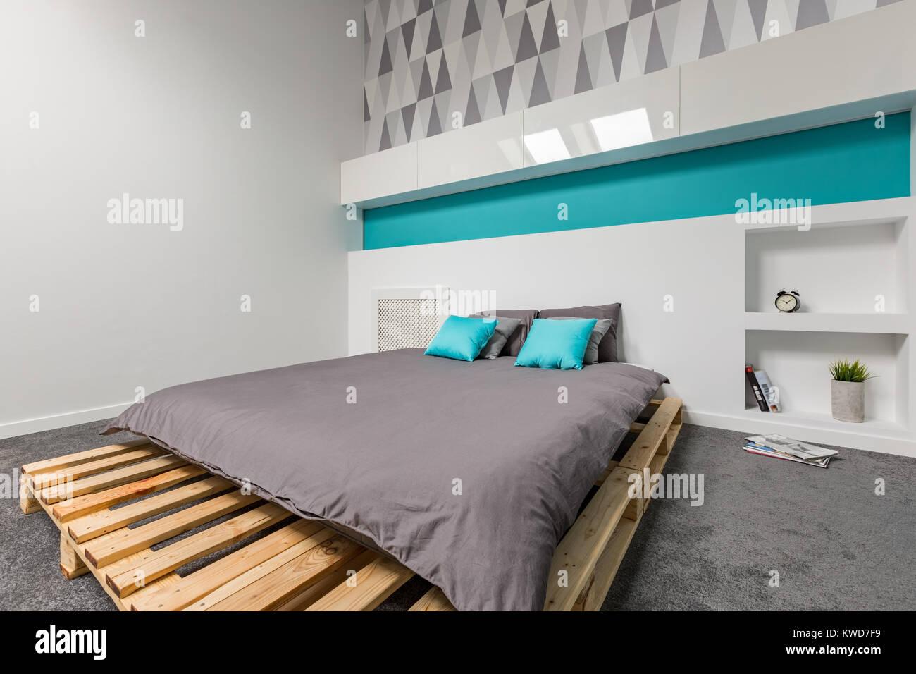 Letto Di Pallets : Semplice e moderna camera da letto con letto di pallet e carta da