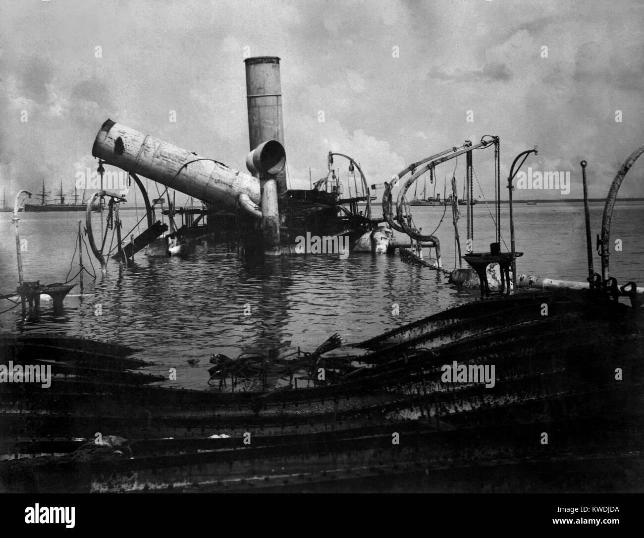 Relitto di Reina Cristina, la nave ammiraglia Spagnola, dopo la battaglia della Baia di Manila, 1 maggio 1898 (BSLOC Immagini Stock