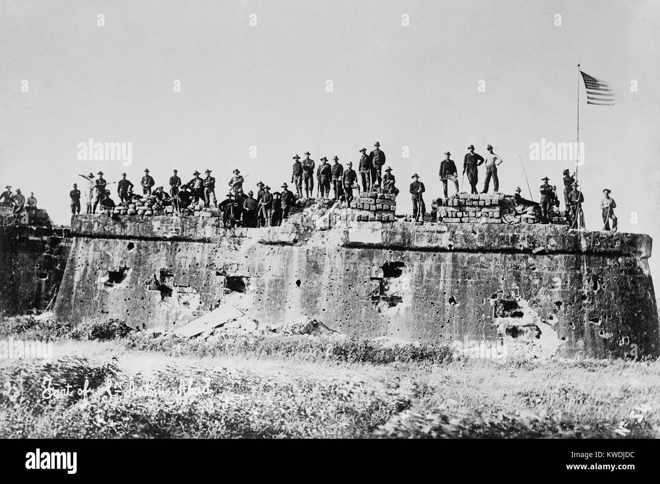 Truppe americane dopo la bandiera sollevamento Fort San Antonio de Abad, malato, Manila, il 13 agosto 1898. Noi Immagini Stock