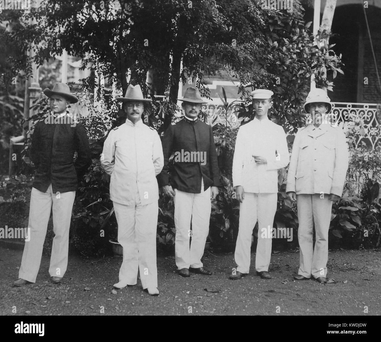 Il Maggiore Generale Arthur MacArthur (secondo da sinistra) e il suo staff nelle Filippine, 1898. Il padre del gen. Immagini Stock