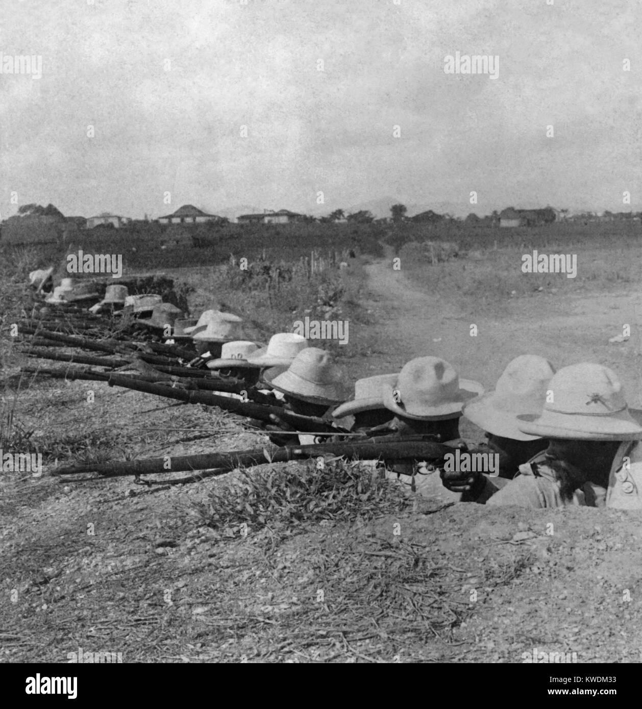 Soldati cubani nel loro trincee in Pinar del Rio, la provincia più occidentale di Cuba, ca. 1899 (BSLOC_2017 Immagini Stock