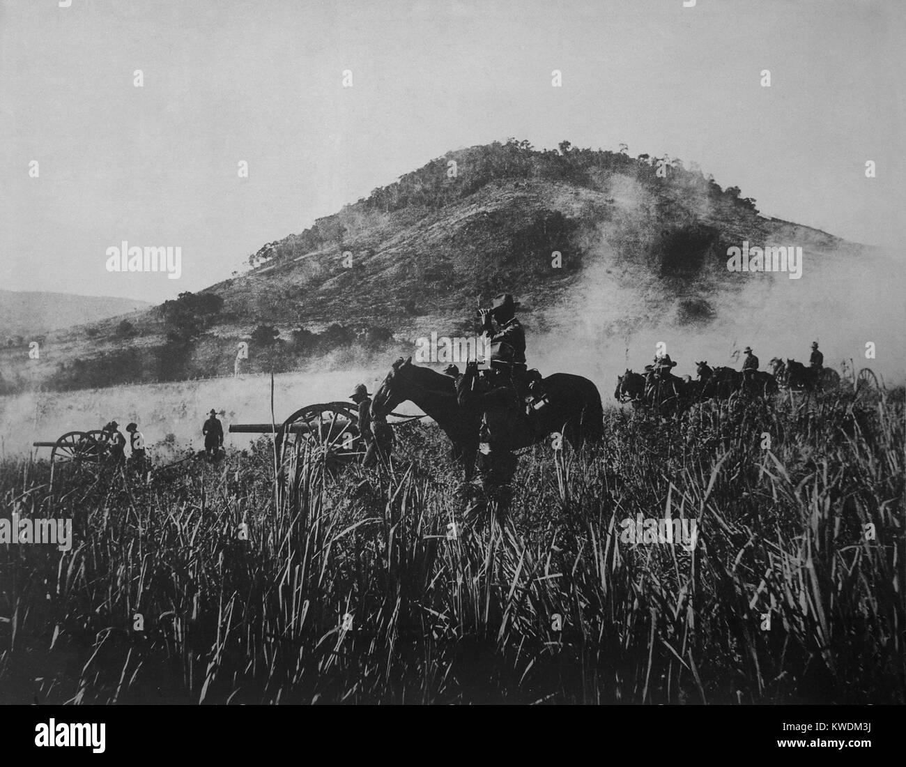 Noi artiglieria, shelling a Coamo, il 9 agosto 1898, mentre avanza in Puerto Rican interni. Invasori americani opposizione Immagini Stock