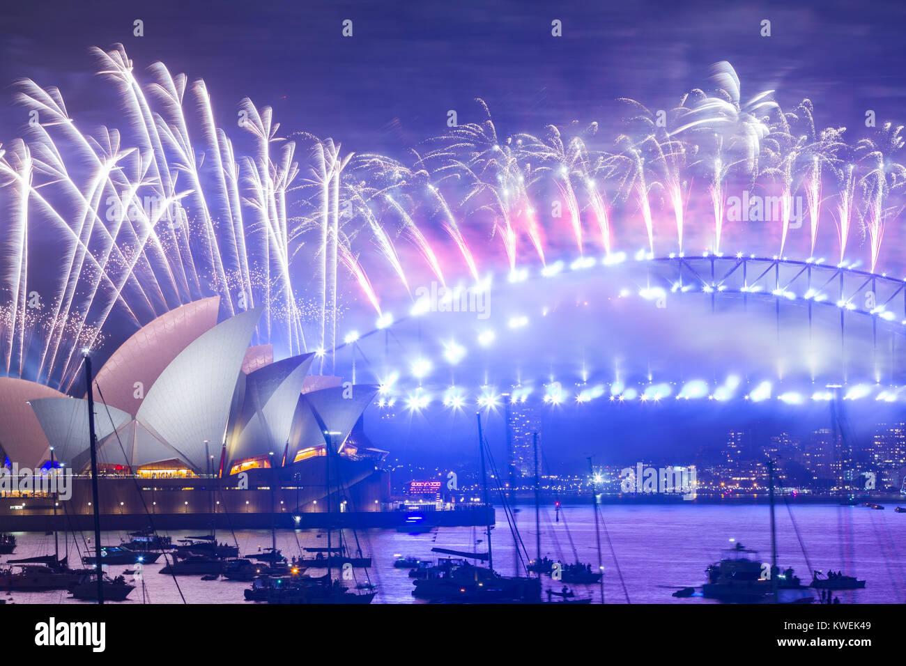 L Australia celebra l'arrivo del 2018 con il Veglione di Capodanno fuochi d'artificio sul Porto di Sydney. Immagini Stock