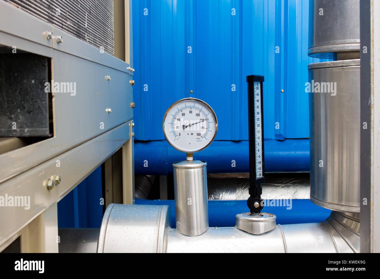 Il manometro e il termometro in acqua fredda tubo sul sistema di aria condizionata Immagini Stock