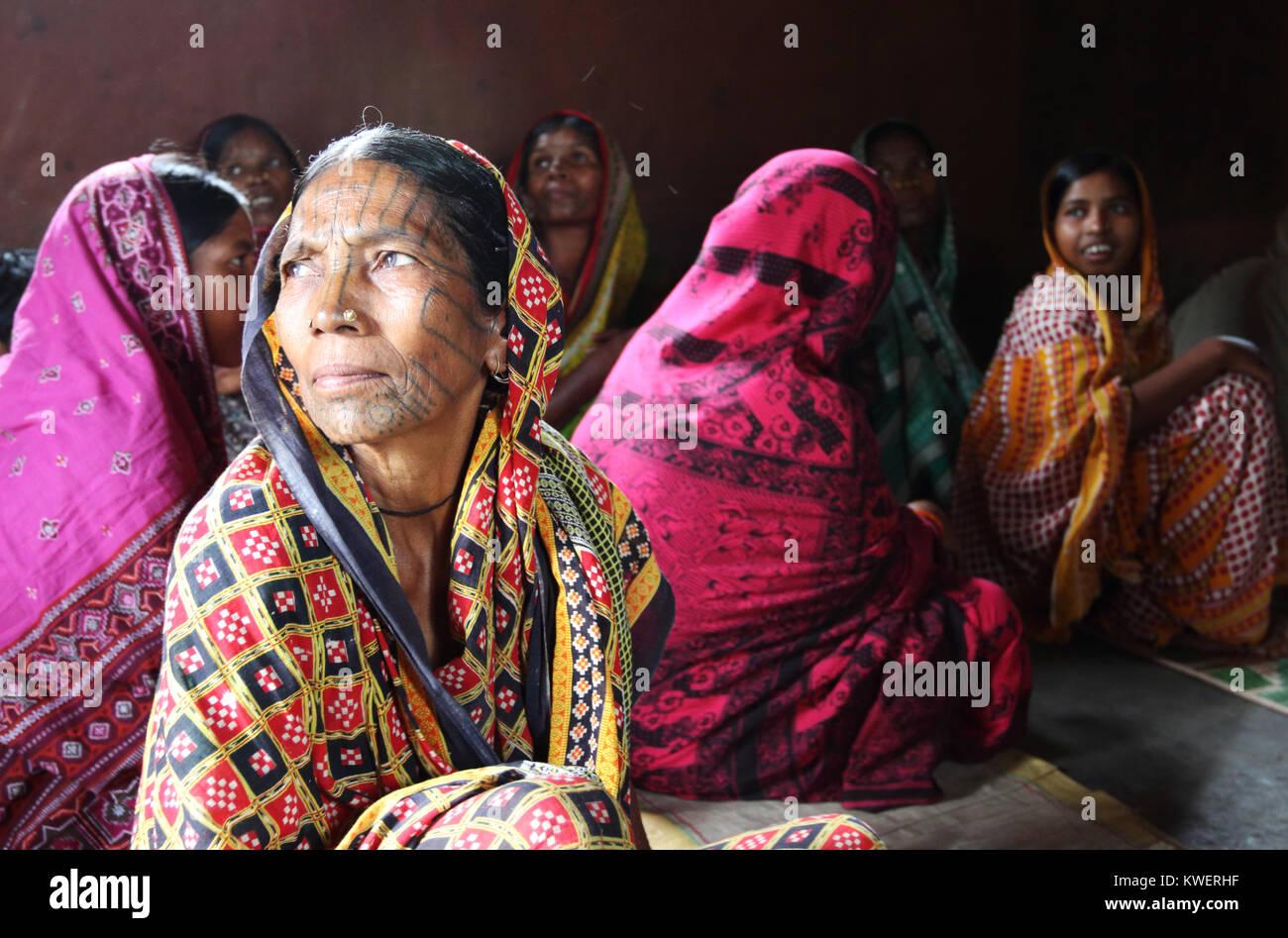 Desoa Kondh donna con la faccia di tatuaggi che frequentano la chiesa nel sud Odisha, India Immagini Stock