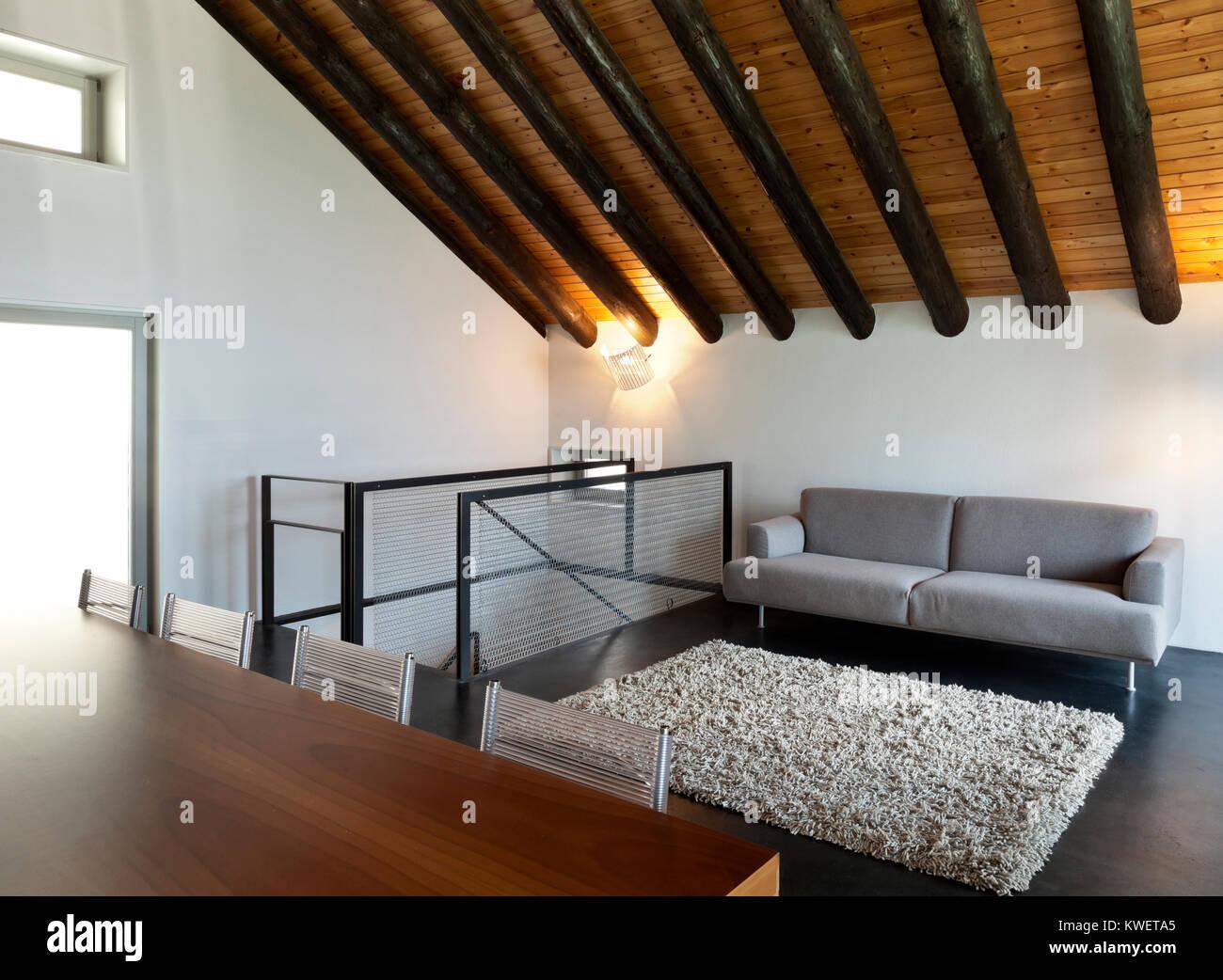 Case Di Montagna Arredamento : Bella casa di montagna con arredi moderni foto immagine stock