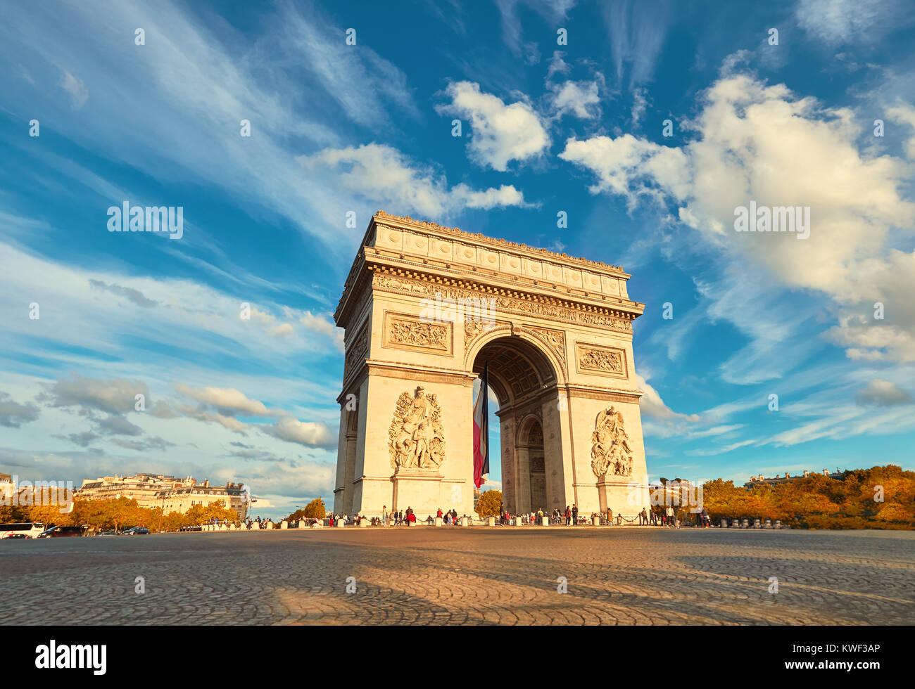 Arco di Trionfo a Parigi con belle nuvole dietro su un luminoso pomeriggio d'autunno. Vista panoramica filtrata Immagini Stock