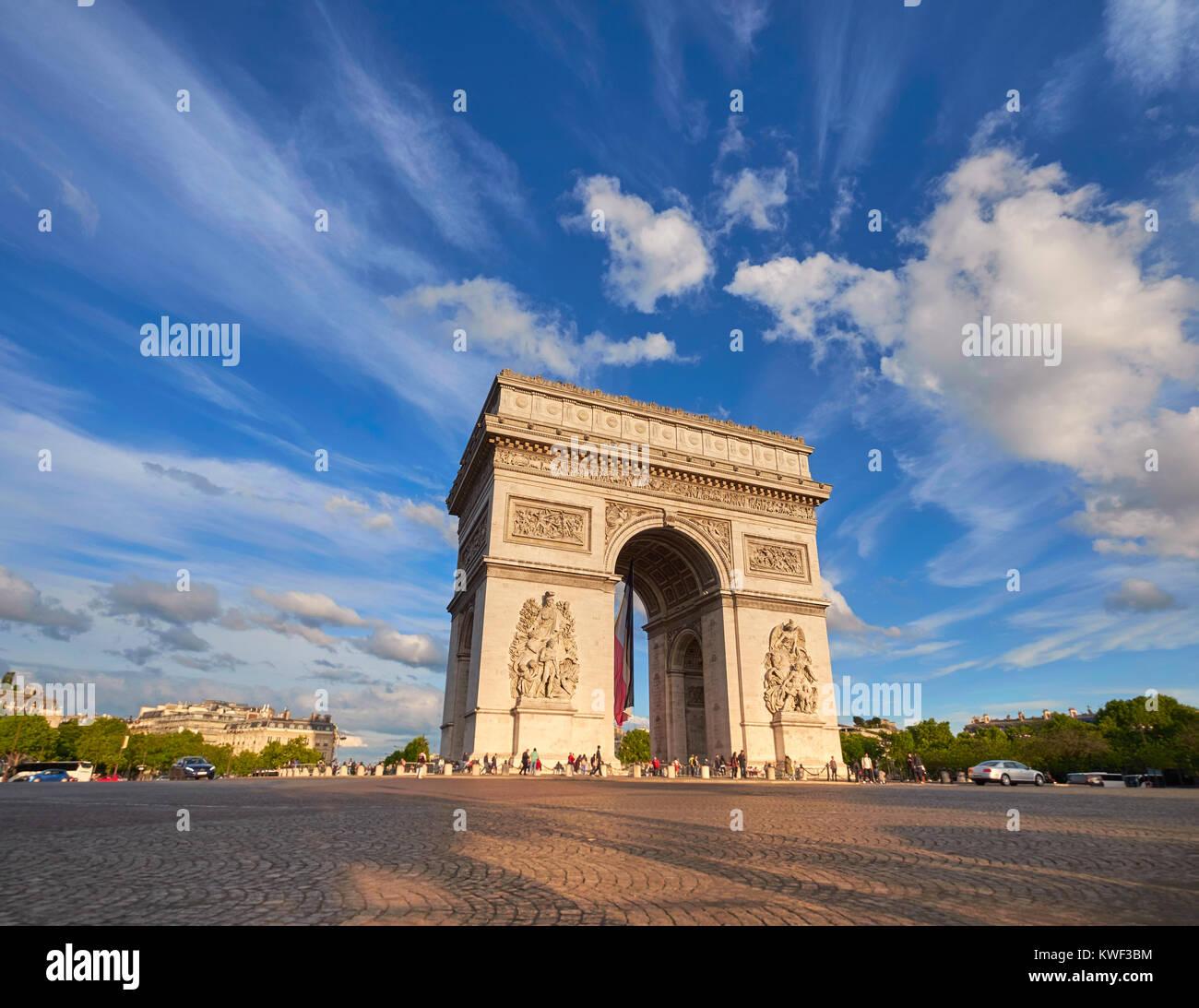 Arco di Trionfo a Parigi, Francia, su un luminoso pomeriggio con nuvole di piume dietro, immagine panoramica. Immagini Stock