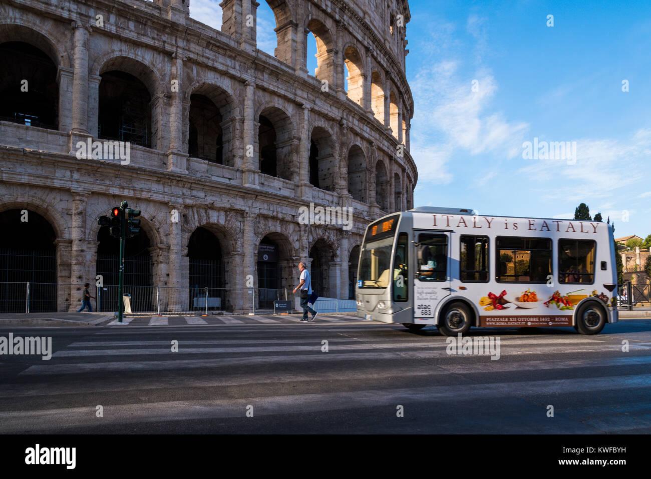 Il bus elettrico sulla strada romana con il Colosseo sullo sfondo, Roma, lazio, Italy Immagini Stock