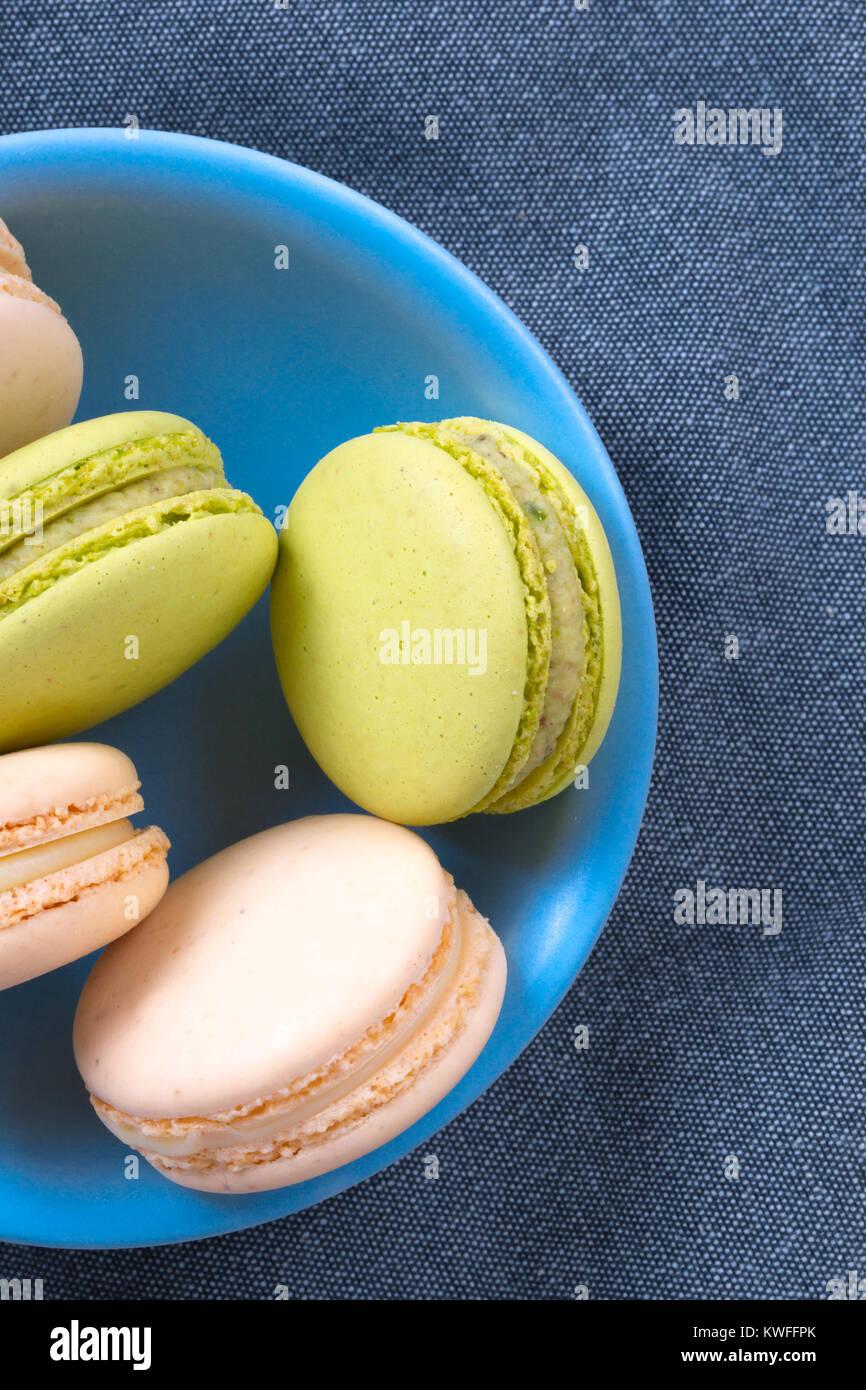 Vista dettagliata di colorati e gustosi yummy macarons servita nella piastra. Immagini Stock