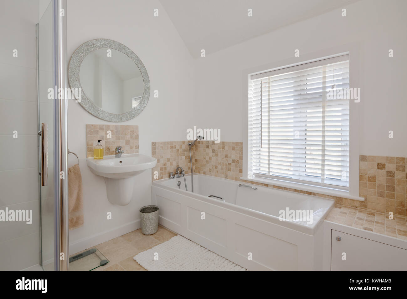 Bathroom with circular window immagini bathroom with - Vasca da bagno circolare ...